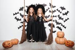 Paar van twee grappige meisjes stock fotografie