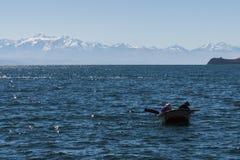 Paar van vissers in titicacameer Stock Afbeeldingen
