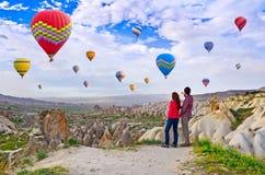 Paar van wandelaars die vallei van mening in Cappadocia, Turkije genieten stock afbeeldingen