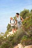 Paar van wandelaars op reis het bezoeken stock foto's