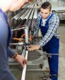 Paar van werklieden bij fabriek Stock Afbeelding