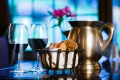 Paar van wijnglazen, gesneden brood en een tinwaterkruik. Royalty-vrije Stock Foto