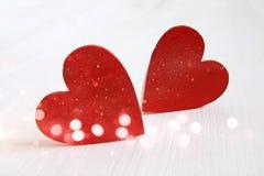 Paar van witte houten harten schitter bekleding royalty-vrije stock foto