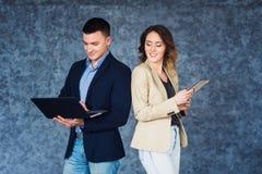 Paar van zakenlui die op vergadering communiceren stock afbeeldingen