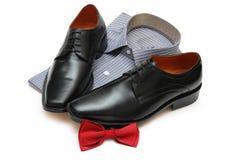 Paar van zwarte geïsoleerde schoenen, nieuwe overhemd en boog-band Royalty-vrije Stock Foto