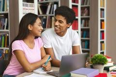 Paar van zwarte studenten die samen in bibliotheek bestuderen royalty-vrije stock afbeelding