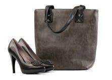 Paar van zwarte vrouwelijke schoenen en handtas Stock Foto