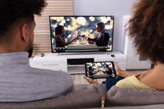 Paar Verbindende Televisie door WiFi op Digitale Tablet stock fotografie