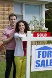 Paar verkocht verticaal huis, stock fotografie