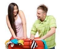 Paar verpackt herauf Koffer mit Kleidung für Reise lizenzfreies stockbild