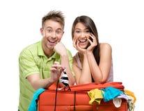 Paar verpackt Koffer mit Kleidung für Reise lizenzfreie stockfotos