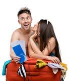 Paar verpackt Koffer und versucht an Kleidung für das Reisen lizenzfreies stockbild