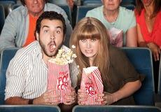 Paar verschüttet ihr Popcorn Stockfotos