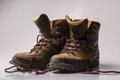 Paar versleten bruine leer wandelingslaarzen stock foto's
