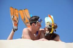 Paar in vinnen en onderwatermaskers stock foto