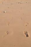 Paar Voetstappen in Zand Stock Foto