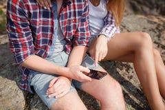 Paar von Liebhabern lächelt unter Verwendung ihrer Tablette während des Kampierens - Konzept über Technologie und des Kampierens Stockfoto
