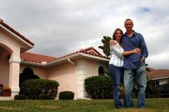 Paar voor huis Stock Foto