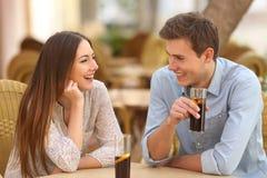 Paar of vrienden die in een restaurant spreken Stock Afbeelding