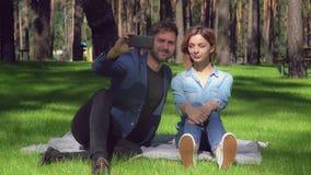 Paar in vrijetijdskleding die smartphone van het fotogebruik nemen stock foto's
