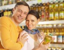 Paar wählt Produkte im Speicher stockfotografie