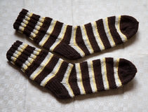 Paar warme wollen kleurrijke gebreide sokken op een linnenachtergrond Royalty-vrije Stock Afbeelding