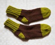 Paar warme wollen kleurrijke gebreide sokken op een linnenachtergrond Stock Fotografie