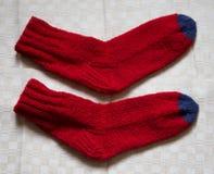 Paar warme wollen kleurrijke gebreide sokken op een linnenachtergrond Royalty-vrije Stock Foto's