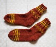 Paar warme wollen kleurrijke gebreide sokken op een linnenachtergrond Royalty-vrije Stock Foto