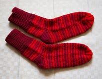 Paar warme wollen kleurrijke gebreide sokken op een linnenachtergrond Royalty-vrije Stock Afbeeldingen