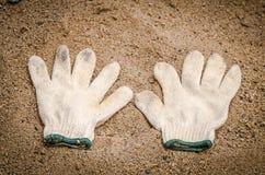 Paar werkende handschoenen in vuil Stock Afbeelding