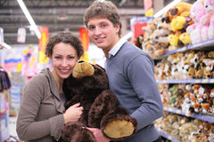 Paar in winkel met zacht stuk speelgoed royalty-vrije stock afbeeldingen