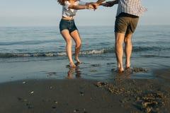 Paar wird auf die Küste gedreht Stockbilder