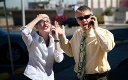 Paar wird verwirrt durch, was sie sehen. Lizenzfreie Stockfotos