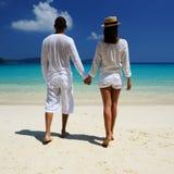 Paar in wit op een strand royalty-vrije stock fotografie