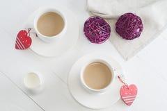 Paar witte koppen van koffie op witte houten achtergrond Royalty-vrije Stock Afbeelding