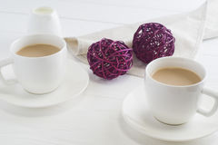 Paar witte koppen van koffie op witte houten achtergrond Royalty-vrije Stock Foto's