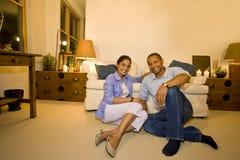 Paar in Woonkamer Royalty-vrije Stock Afbeelding