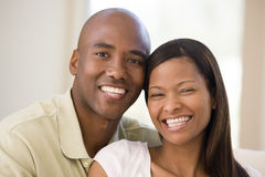 Paar in woonkamer het glimlachen Stock Afbeelding