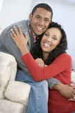 Paar in woonkamer het glimlachen royalty-vrije stock foto