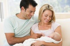 Paar in woonkamer met baby royalty-vrije stock foto's