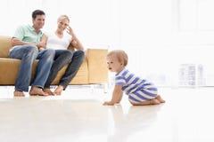 Paar in woonkamer met baby Stock Foto