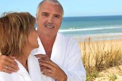 Paar in zandduinen royalty-vrije stock fotografie