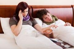 Paar in ziek bed, Royalty-vrije Stock Afbeeldingen