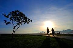 Paar zoete mensen aan het lopen en het ontspannen royalty-vrije stock afbeeldingen