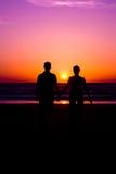 Paar in zonsondergang royalty-vrije stock afbeelding