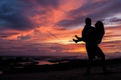 Paar in zonsondergang Royalty-vrije Stock Fotografie