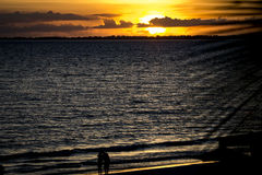 Paar in zonsondergang Royalty-vrije Stock Foto's
