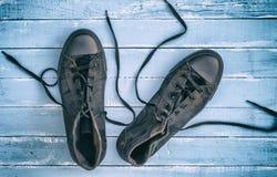 Paar zwarte textieltennisschoenen met losgemaakt kant royalty-vrije stock afbeelding