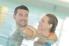 Paar in zwembad stock afbeelding